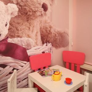 Stolik i krzesełka obowiązkowo są dostosowane do wzrostu kilkulatki. Fot. Bartosz Jarosz.