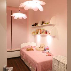 Nad łóżkiem dziecka zamontowano półki na książki z bajkami oraz niewielkie przytulanki. Fot. Bartosz Jarosz.
