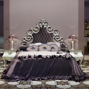 Nawiązujące swą formą do miękkich, barkowych linii zdobień łoże marki Giusti Portos. Fot. Giusti Portos