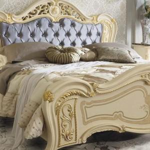 Dwuosobowe łoże Opera wyróżnia liliowy kolor tapicerki pikowanego zagłówka. Fot. Mobil piu