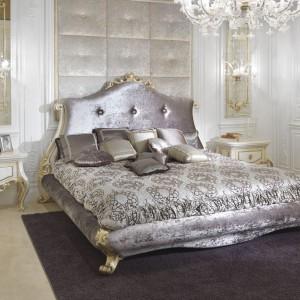 Łoże z kolekcji mebli Baroque zachowuje tradycyjną, klasyczną formę, którą w nowoczesny styl wpisuje dobór koloru tkaniny. Fot. Turri