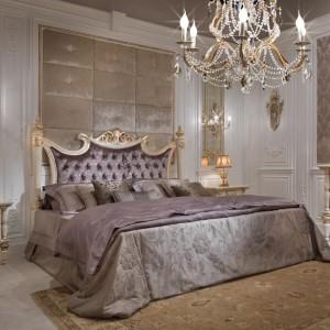 Kolekcja mebli do sypialni Bovary nawiązuje do stylu Ludwika XVI z jego charakterystycznymi dekoracjami podanymi jednak w nowoczesnej wersji glamour. Fot. Turri