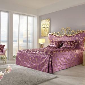 Dwuosobowe łóżko z kolekcji Sissi w wersji pałacowej zachwyca głębokim różem tapicerki i licznymi złoceniami. Fot. Finkeldei