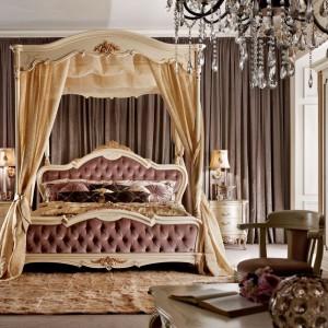 Łoże z kolekcji Principe marki Valderamobili w pełni nawiązuje do barokowych wzorców - miękkie, faliste linie, ręczne rzeźbienia oraz wykwintne złocenia motywów florystycznych. Fot. Valderamobili