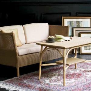 Dwuosobowa sofa i stolik sprawdzą się podczas wizyty przyjaciółki. Fot. Sika Design.