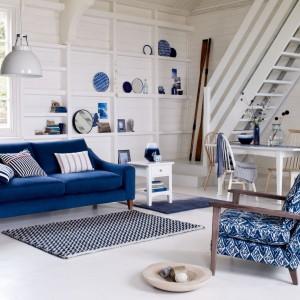 Niebieskie wypoczynki, dywan z granatowym wzorem i niebieskie dekoracje ścienne nadają białemu wnętrzu skandynawski charakter. Fot. Marks&Spencer.