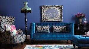 Chcesz, aby w salonie zapanował spokój i harmonia? Zaproś do jego wnętrza kolor niebieski. Turkusowa sofa, dywan w odcieniu indygo, błękitna ściana czy morskie poduszki odmienią wygląd pokoju oraz wprowadzą odprężającą aurę.
