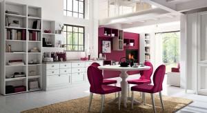 W wielu domach salon i jadalnia znajdują się w jednym pomieszczeniu. Dlatego też wystrój obu tych stref powinien harmonizować ze sobą tworząc zintegrowaną całość.