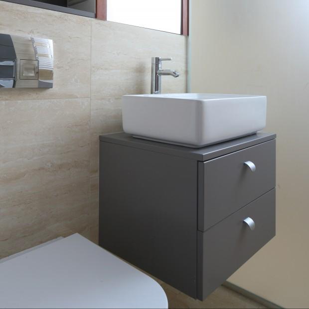 Bardzo mała łazienka – wygodna, z pralką i prysznicem