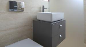 Oto przykład jak pomysłowo zagospodarować niespełna 4 metry kwadratowe powierzchni. Tak aby, oprócz umywalki i sedesu, zmieściły się duży prysznic, pralka, kilka szafek i szafa.