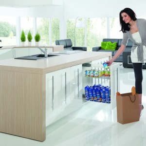 Miejsce na zapasy w szafkach podblatowych – idealne rozwiązanie dla osób, które rzadziej gotują w domu i nie potrzebują pojemnej szafy na zapasy. Na zdjęciu: dwupoziomowe cargo mini boczne, wyposażone w prowadnice miękkiego wysuwu z miękkim dociągiem. Producent: Rejs.