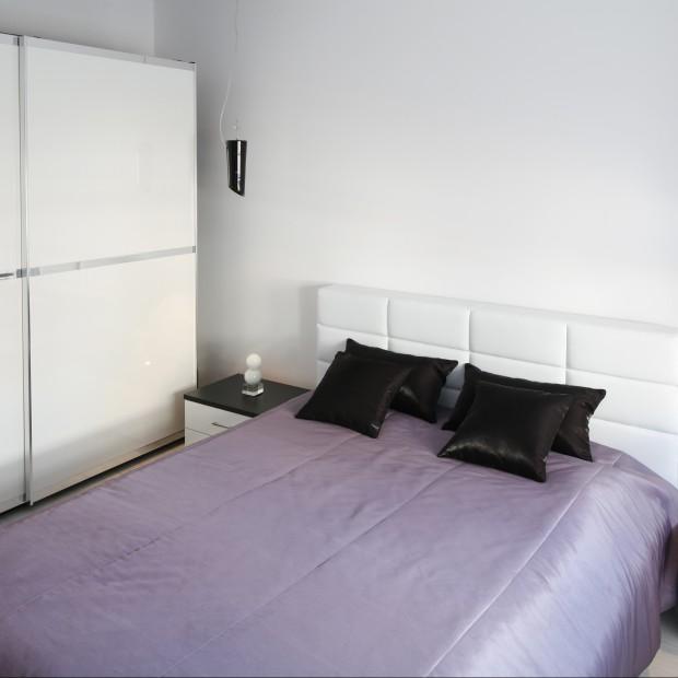 Kolor biały - pomysł na małą sypialnię
