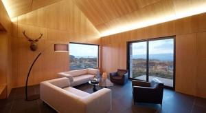 Projektem domu zajęła się szkocka pracownia architektoniczna Dualchas Architects. Zadanie nie było proste: właściciel, który odziedziczył ziemię na malowniczej, choć niegościnnej wyspie Skye, zażyczył sobie, aby projekt budynku (oraz jego wn�