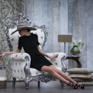 Iście królewski fotel z oryginalną tapicerką w kropki. Fot. Decobel.