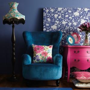Obszerny, wygodny fotel o turkusowej barwie. Fot. Very.