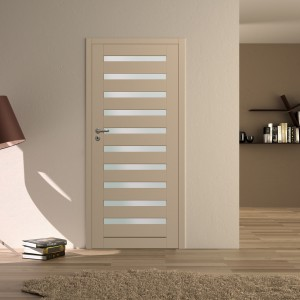 Kremowe skrzydło Kameduł. Drzwi wyróżniają się dziesięcioma podłużnymi otworami, które mogą być wypełnione półprzezroczystym szkłem chinchila lub drewnianą wstawką. Fot. Zakład Stolarki Budowlanej CAL.