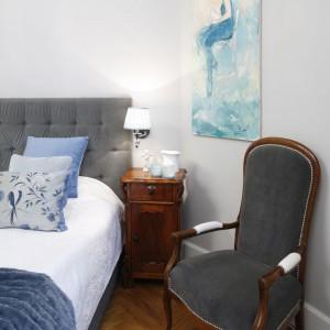 Kolor tapicerki stylowego krzesła nawiązuje do koloru pikowanego zagłówka. Proj.Iwona Kurkowska. Fot. Bartosz Jarosz.