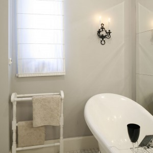 Jedna z dwóch znajdujących się w mieszkaniu łazienek - utrzymana w pięknym stylu retro.