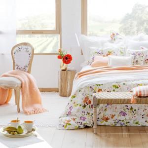 Komplet pościeli z lekkim,kwiatowym wzorem wprowadzi do sypialni letnią atmosferę. Fot.Zara Home.