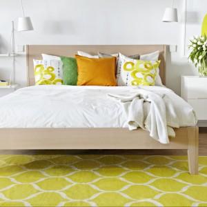Energetyczny, żółty dywan Stockholm oraz łózko Nordli o lekkiej ramie. Fot.Ikea.