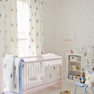 Drobne, kolorowe wzorki podkreślają dziecięcy charakter aranżacji. Kolekcja tkanin i tapet Jane Churchill. Fot. Colefax and Fovler.