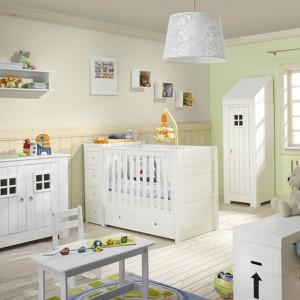 Dominującą biel przełamuje beż i zieleń ścian. Kolekcja Carpenter marki Pinio. Fot. Pinio.
