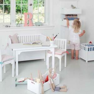 Wraz ze wzrostem dziecka w pokoju - w naturalny sposób - pojawia się coraz więcej kolorowych dodatków. Fot. Oliver Furniture.