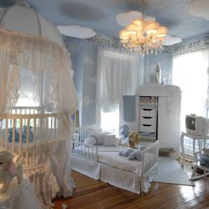 Błękitna ściana i sufit stanowią doskonałe tło dla białych mebli i dekoracji w stylu romantycznym. Fot. Nidahspa.
