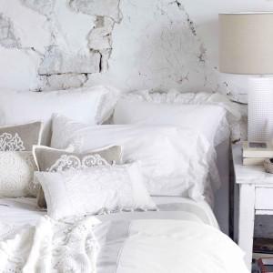 Koronki, falbanki, bogato zdobiona pościel to nieodłączny element sypialni w stylu shabby chic. Fot. Zara Home.