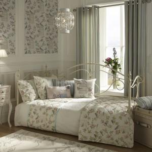 Motyw kwiatowy powtarzający się na tkaninach to nieodłączny element stylu schabby chic. Fot. Dove Mill.