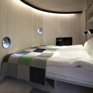Wnętrze domu Bird's Nest ma 17 m2 - mieści odseparowane od siebie łóżko małżeńskie, dwa łóżka dla dzieci, łazienkę i cześć dzienną. Fot. Tree Hotel, Szwecja.