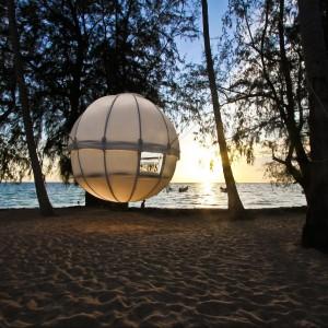Cocoon Tree - trochę dom, trochę namiot. Mobilna konstrukcja wykonana z aluminium i wodoodpornej tkaniny, przystosowana do zawieszania między drzewami. Największa zaleta? Zwijasz dom i ruszasz z nim w drogę. Fot. Cocoon Tree.