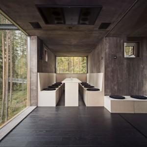 Wnętrze domu Dragon Fly - nowoczesność i minimalizm w środku sosnowego lasu. Fot. Tree Hotel, Szwecja.
