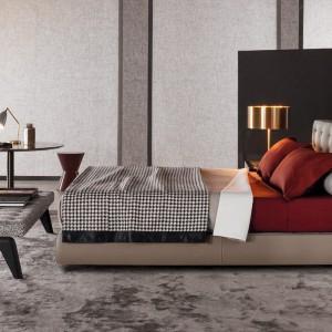 Klasyczna forma łóżka z pikowanym zagłówkiem.Fot.Minotti.