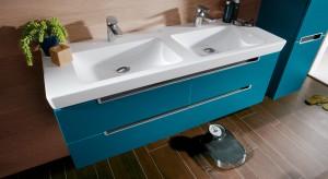 Umywalka podwójna może być skutecznym sposobem na poranną kolejkę do łazienki. Potrzebuje więcej miejsca, niż jej pojedyńcza siostra, ale zajmuje go też mniej, niż dwie umywalki umieszczone obok siebie na blacie.