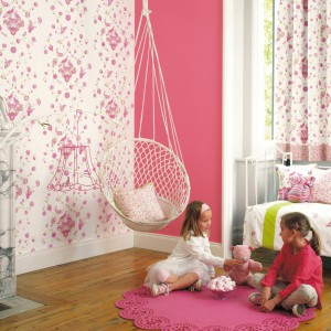 Ściany dziewczęcego pokoju ozdobiono tapetą z kolekcji My Room marki Casadeco. Fot. Casadeco.