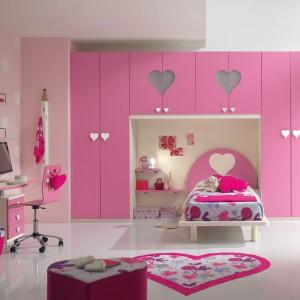 Z dominującym, różowym kolorem harmonizuje motyw serca obecny na ścianie, meblach i podłodze. Fot. Spar.