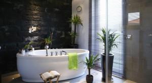 Elegancki marmur, elastyczny łupek czy może biżuteryjny onyks? Kamień w łazience może stać się niepowtarzalnym motywem aranżacji. Zawsze przy tym podkreśli jej luksusowy charakter.