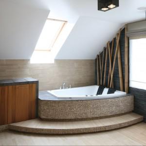 Do wykończenia łazienki wykorzystano kilka rodzajów kamienia.  M.i.n mozaikę z łupanego marmuru oraz mozaikę z otoczaków, obie sprowadzone prosto z Bali. Projekt Karolina Łuczyńska. Fot. Bartosz Jarosz.