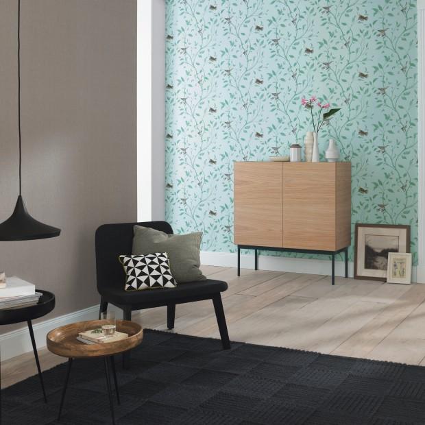 Zielona tapeta w salonie. Pomysł na letnią dekorację ścian