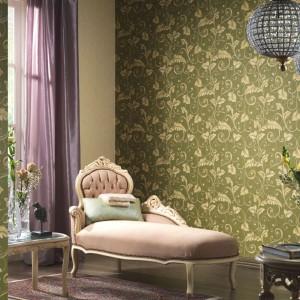 Motywy roślinne zdobiące tapetę z serii Intense nadają wnętrzu romantyczny charakter. Fot. P+S International.