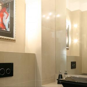 Toaleta dla gości z telewizorem – małe wnętrze, duże zaskoczenie