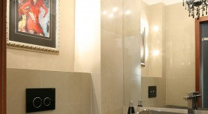 Szykowny styl, efektowna, czarna ceramika sanitarna, a także telewizor. W tej łazience goście poczują się wyjątkowo nie tylko za sprawą wytwornej aranżacji.