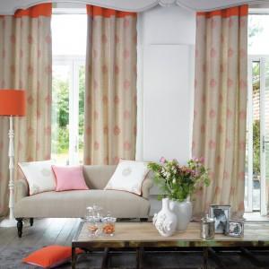 Eleganckie zasłony w pomarańczowe wzory z kolekcji Orsay marki Casadeco. Fot. Casadeco.