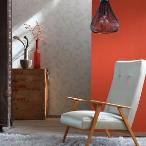 Ozdobienie jednej ze ścian pomarańczową tapetą ożywi nawet najbardziej monotonną aranżację. Kolekcja Inside marki Casadeco. Fot. Casadeco.