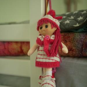 Ulubiona lalka przy łóżku dziewczynki ma przywoływać tylko kolorowe sny. Fot. Archiwum Dobrze Mieszkaj.