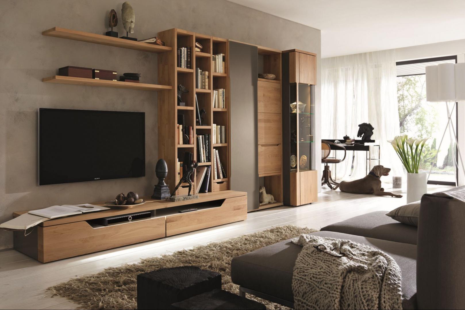 Kolekcja Carva oferuje nieograniczone możliwości projektowe, połączenie masywnych elementów drewnianych z delikatnym szkłem dodaje unikatowości. Fot. Hülsta.
