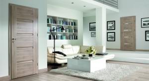 Elegancja czy dekoracyjna powściągliwość, wyróżnienie czy ukrycie, klasyka czy awangarda? Eksperci z firmy Porta KMI Poland przygotowali zestawienie najnowszych trendów w designie i technologii drzwi wewnętrznych.
