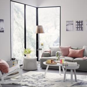 Pastelowe poduszki wnoszą do biało-beżowego wnętrza nutkę optymizmu. Fot. Occa-Home.