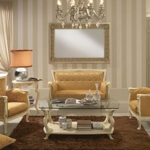 Jasny salon w klasycznym wydaniu w kolorze złota i bieli. Fot. Treci.